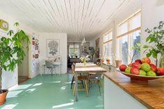 Green floor in the studio? hmmmm my scandinavian home: A cute holiday home on Gotland Interior Design Inspiration, Home Interior Design, Interior Architecture, Scandinavian Living, Scandinavian Design, Biarritz, Beach House Decor, Home Decor, Painted Floors