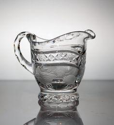 Kaunis käsinpuhallettu kristallikermakko. Tekijä Aimo Okkolin. http://www.designlasi.com/content/virpi-sokerikko-6140-kermakko-6141-okkolin-aimo
