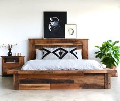 14 Rustic Home Decor With Wooden Furniture Ideas & Inspiration 9 - thehomedecores Diy Pallet Sofa, Pallet Beds, Wood Platform Bed, Wood Bedroom, Diy Bedroom, Reclaimed Wood Furniture, How To Make Bed, New Furniture, Furniture Removal