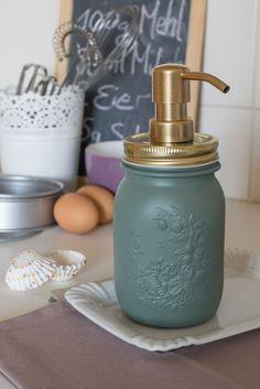 Einen Seifenspender kann man aus einem einfachen Einmachglas machen - DIY-Anleitung via  Makerist.de