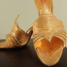 I Dream of Jeanie... A Pair of 1950s Killer Bombshell Gold Sparkle Spring-o-lators Size 6 1\/2 di FabGabs su Etsy https://www.etsy.com/it/listing/38630741/i-dream-of-jeanie-a-pair-of-1950s-killer