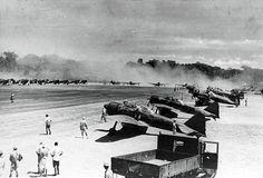 南太平洋地域の飛行場で出撃の準備をする零式艦上戦闘機二一型。1943(昭和18)年4月、ソロモン諸島とニューギニア方面の米豪連合軍の撃滅を目的に実施された「い」号作戦の際に撮影されたとされる。ラバウル東飛行場かブーゲンビル島のブイン基地                                                                                                                                                                                 もっと見る