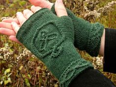 I need new mittens.  I might make a flip top for this pattern.  Hm.....