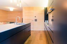 Küche MDF schwarz in Kontrast zur hellen Wandverkleidung aus Weißtanne. Planer, Bathtub, Bathroom, Design, Kitchen Black, Decorating Kitchen, Wall Cladding, Counter Top, House