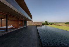Maison contemporaine en porte à faux pour panorama spectaculaire en Inde, façade terrasse & cours d'eau - Panorama House par Ajay Sonar - Maharashtra, Inde #construiretendance