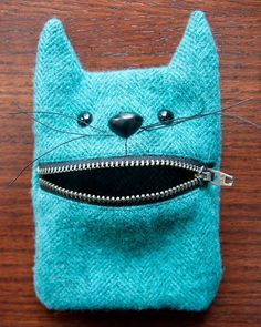 52 zippers Wool felt cat mouth zipper pouch - a Little Crispy - If you're new to my 52 zippers project, you can read the backstory, see all the zipper pouches, a - Sewing Hacks, Sewing Tutorials, Sewing Crafts, Sewing Tips, Bag Tutorials, Diy Zipper Crafts, Tutorial Sewing, Cat Crafts, Sewing Ideas