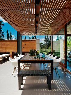 Terrasse contemporaine sous son brise soleil.