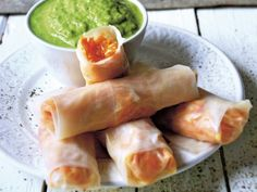Raw-food`owe spring rolls z chrupiącą marchewką i mango