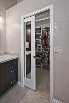 Modelos de closet pequeno no banheiro Bathroom Closet, Master Closet, Closet Bedroom, Small Bathroom, Master Bathroom, Master Bedrooms, Bathroom Ideas, Closet Space, Bathroom Pocket Door
