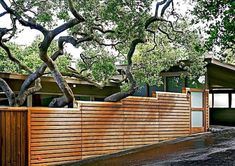 Inspiring Sloped Yard Fence Ideas For House. 20 astonishing sloped yard fence ideas for house by ellen w. Ruff posted on april 29 2019 may 24 2019 this post about how to landscape your back yard to look good is intended to give you some basic ideas . Modern Front Yard, Front Yard Fence, Modern Fence, Fenced In Yard, Low Fence, Farm Fence, Fence Art, Rustic Fence, Lattice Fence