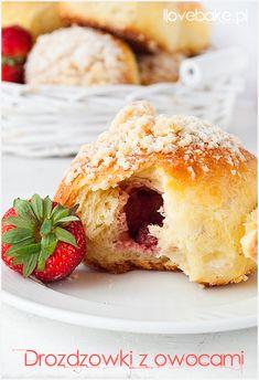 Sweet yeast buns with strawberry and crumble / Bułeczki drożdzowe z owocami - ilovebake.pl