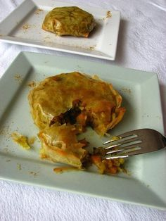 Pastillas de légumes (4 pers.)  - 1 oignon - 2 navets - 2 carottes - 2 courgettes - 8 feuilles de briks - 1 cs de miel - 1 cc de ras-el-hanout - 1 cs de coriandre fraîche - huile d'olive - sel, poivre