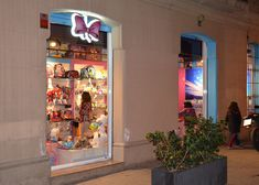 Cualquier opción es buena a la hora de preparar el exterior de una tienda infantil Minnistore. Especialmente cuando retro-iluminamos los elementos. Liquor Cabinet, Retro, Ideas, Furniture, Home Decor, Shop Displays, Decoration Home, Room Decor, Home Furnishings