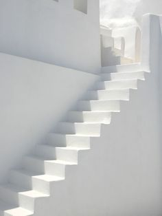 Inspiratie: witte trap Pure Style Home: New House Plans: The Stairs All White, Pure White, White Light, White Feed, Outfits In Weiss, White Stairs, Tadelakt, Stairway To Heaven, New House Plans