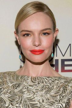 Mix yellow-gold eye shadow and hot orange lipstick by warming up your complexion with lots of soft coral color and giving lashes standout length and ultrablack color. #BeautyRoutine30S Kate Bosworth, Celebrity Makeup Looks, Celebrity Beauty, Orange Lipstick, Lipstick Colors, Cool Skin Tone, Good Skin, Maybelline, Beauty Routine 30s