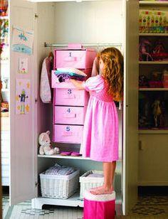Organizar la ropa de tus hijos te ahorrará tiempo. Este colgador, deImaginarium , tiene los cajones numerados con cada día de la semana.