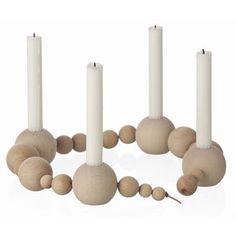String lysestake er designet slik at du på en morsom og unik måte kan skape din egen form på lysestaken. Og den har plass til fire lys, noe som gjør den perfekt å bruke også ved advent og juletider!