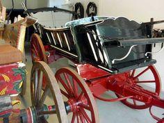 Deze boerenwagen van het Westfriese type staat naast een zogenaamde speelwagen.