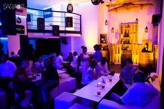 El Sarao's se encuentra en el barrio de El Vedado, justo enfrente del Centro Hebreo Sefardí de La Habana. Es un espacio moderno, con un estilo elegante y una atmósfera acogedora.