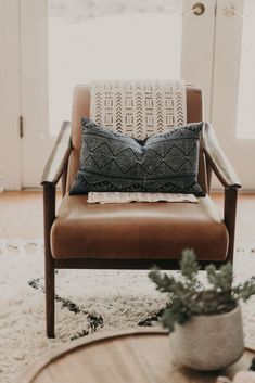 Light Blue Accent Chair, Boho Accent Chair, Yellow Accent Chairs, Accent Chairs For Living Room, Leather Accent Chairs, Farmhouse Accent Chairs, Green Leather Chair, Living Rooms, Comfortable Accent Chairs