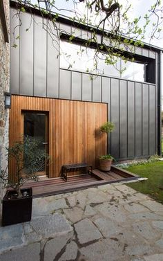 Idea for garage and house - Architektur fassaden - Fachadas House Cladding, Timber Cladding, Exterior Cladding, Facade House, House Facades, Cladding Ideas, Exterior Shutters, Modern Exterior, Exterior Design