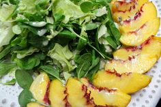"""Ετοιμάζουμε την απόλυτη καλοκαιρινή πράσινη σαλάτα. Βαλεριάνα, iceberg, baby σπανάκι με ζουμερά νεκταρίνια και υπέροχη δροσερή σως από λευκό σταφύλι - όλα """"από κήπο"""". Salad Bar, Cantaloupe, Salads, Fruit, Food, Eten, Salad, Meals, Lettuce"""