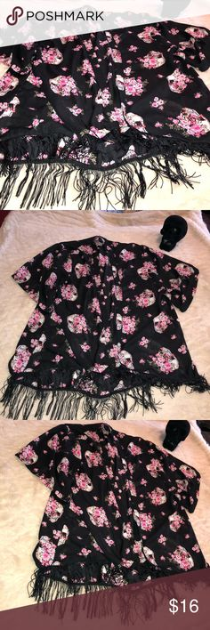 Skull floral kimono Hot Topic 3x Black Gently worn black skull kimono floral 3x from Hot topic. Open front detail with tassel/fringe on the bottom and a hi low feel . All items come from smoke free home. 🐺Husky friendly environment. All items are kept in plastic containers, but shed happens 😊 Hot Topic Tops