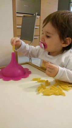 Tutorials, DIY and Craft, activities and games for children. The Montessori Method and … - Kinderspiele Toddler Learning Activities, Montessori Activities, Infant Activities, Craft Activities, Preschool Crafts, Montessori Toddler, Toddler Play, Baby Games, Games For Kids