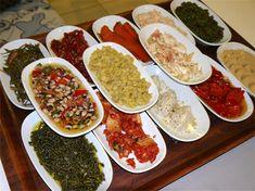 Zeytinyağlı Mezeler, Birçok çeşitte yapılan mezeler Doğu Akdeniz Bölgesin de ve özellikle de Türk mutfağında sıkça yer alan bir yiyecek grubudur. Mezeler ana yemekten önce aperatif olarak yenilebileceği gibi çilingir sofralarında da tercih edilen ve genellikle Salad Recipes, Snack Recipes, Healthy Recipes, Snacks, Turkish Recipes, Ethnic Recipes, Homemade Beauty Products, Palak Paneer, Chana Masala