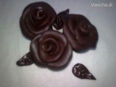 Poznáte plastickú čokoládu? Ak nie tak Vám to predvediem v nasledujúcom recepte. Z tejto čokolády môžeme napríklad vytvoriť ružu :)