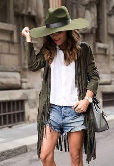 Look com shorts jeans + camisa branca.