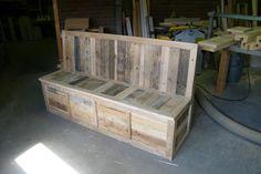 Bank van sloophout. Met extra opbergruimte onder de zitting. Frame naturel