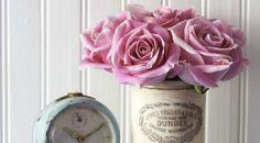 Alte Dose als Blumenvase