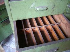 Schublade des Schubladenschrankes aus Metall, sind teilweise in kleine Fächer unterteilt.
