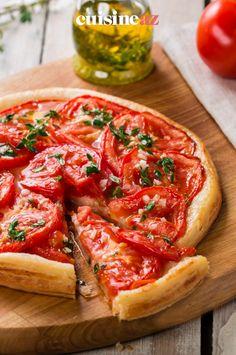 Il reste des tomates dans votre réfrigérateur ? Alors pourquoi ne pas tester cette recette de tarte à la tomate, moutarde et herbes de Provence. En plus, cela rappelle les vacances ! #tarte #tomate #moutarde #cuisine #recette Gallette Recipe, Quiches, Bruschetta, Burgers, Sweet Recipes, Brunch, Soup, Dish, Ethnic Recipes