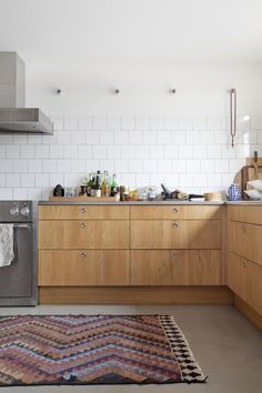 the kitchen in this Malmo, Sweden house tour Kitchen Interior, New Kitchen, Kitchen Dining, Swedish Kitchen, Dining Room, Beautiful Kitchens, Cool Kitchens, Sweden House, Cocinas Kitchen