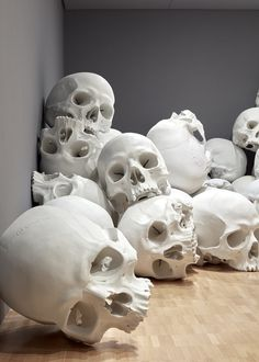 This Australian Art Museum Is Filled With Giant Skulls Installation view of Mass by Ron Mueck, 2017 on display at NGV Triennial at NGV International, 2017 Skull Reference, Figure Reference, Pose Reference, Skull Anatomy, Totenkopf Tattoos, Human Skull, A Level Art, Skull Tattoos, Australian Art
