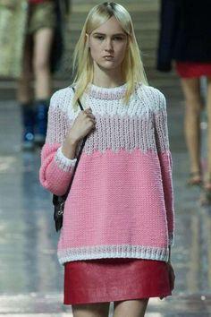 PÅ CATWALKEN: Det italienske desgnhuset Miu Miu har inkludert mye strikk i sin kolleksjon for sesongen. Denne rosa genseren falt vi pladask for!