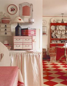 Red & White Vintage Kitchen home red vintage white kitchen retro decorate shabby chic Red And White Kitchen, Red Kitchen, Farmhouse Style Kitchen, Kitchen Colors, Vintage Kitchen, Kitchen Decor, Happy Kitchen, Kitchen Dining, Kitchen Ideas