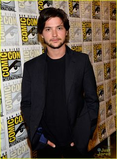 Eliza Taylor & Thomas McDonell: 'The at Comic-Con Photo Eliza Taylor and Thomas McDonell hit up the press line for The 100 during 2013 San Diego Comic-Con held at Hilton San Diego Bayfront Hotel on Friday afternoon (July… Hot Actors, Actors & Actresses, Thomas Mcdonell, Iphone Wallpaper Landscape, Beautiful Men, Beautiful People, Cartoon Profile Pictures, Secret Crush, San Diego Comic Con