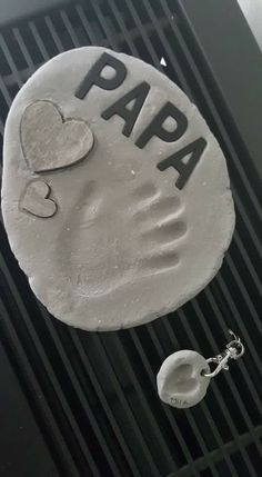 voor iedereen mogelijk, je kan het uitbreiden door er nog een tekstje of tekening bij te doen zoals een gedichtje. leuk als kado Fathers Day Crafts, Creative Gifts, Dog Tag Necklace, Clay, Valentines, Presents, Gift For Parents, Father's Day, Fimo