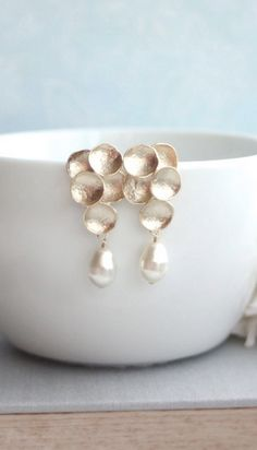 I don't care for pearls but there is no denying that these earrings are gorgeous!