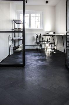 Deze 10 mm mini dual is op aanvraag van de klant 'Intense Black' gebeitst en zwart geolied. Het resultaat: een diep zwarte visgraat vloer met een elegante uitstraling.