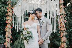 Casamento tropical chic descontraído ao ar livre no Espaço Ravena Garden – Raiony Boho, Backdrops, Tropical, Wedding Dresses, Groom Shoes, Wedding Styles, Pie Wedding Cake, Outdoors
