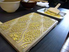 その表面に絵具を付け、和紙や鳥ノ子紙に柄を合わせながら一枚一枚、手で文様を写し出す伝統的な手法です。 Japanese Things, Japanese House, Japanese Style, Japanese Paper, Butcher Block Cutting Board, Japan Style, Japanese Taste