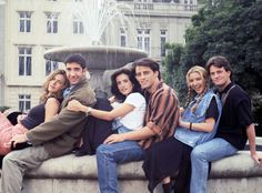 Jennifer Aniston as Rachel Green, David Schwimmer as Ross Geller, Courteney Cox as Monica Geller, Matt LeBlanc as Joey Tribbiani, Lisa Kudro. Tv: Friends, Serie Friends, Friends Moments, Friends Season, Friends Forever, Rachel Friends, Friends Tv Show Cast, Friends Quotes Tv Show, Monica Friends