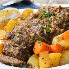 Kuori juurekset. Kuutioi lanttu. Lohko palsternakat ja sipulit. Paloittele porkkanat. Kumoa juurekset kulhoon ja sekoita joukkoon öljy, hunaja ja mausteet. 200° 45 min. Pot Roast, Meatloaf, Beef Recipes, Nom Nom, Food Porn, Food And Drink, Keto, Baking, Dinner