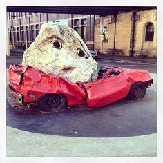Une voiture écrasée avec un rocher au rond point de la rue du théâtre de Sydney #Australie #Sydney #théâtre #théâtreDeSydney #art #route #voiture #découverte #visite (à Sydney Theatre Company) http://erdelcroix.tumblr.com/post/54822980457/yseultdel-une-voiture-ecrasee-avec-un-rocher