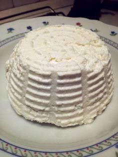 Puoi preparare la ricotta fatta in casa in pochi minuti, basta del latte, una pentola, sale e poco aceto. Inizia subito a preparare la tua.