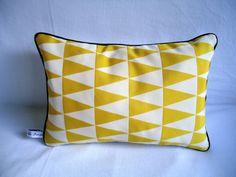 Coussin rectangulaire, triangles graphiques jaune et blanc backgammon, passepoil noir, sur commande : Textiles et tapis par les-tresors-de-jaya